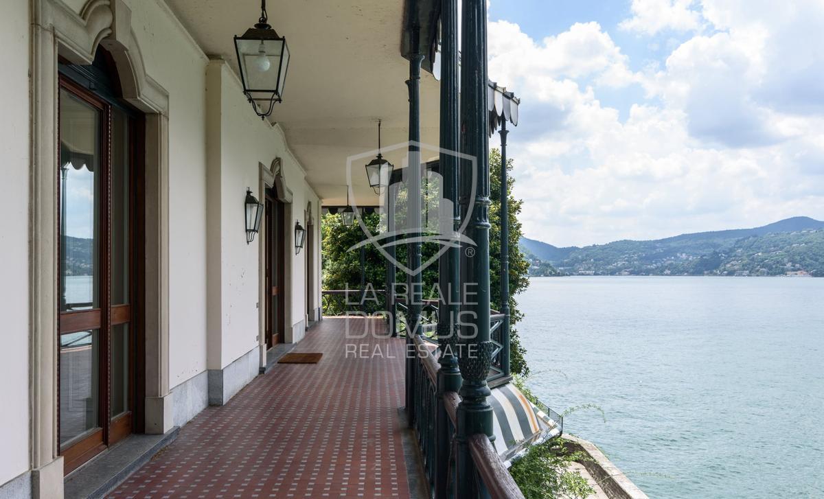 Prestigioso appartamento in villa d'epoca a lago