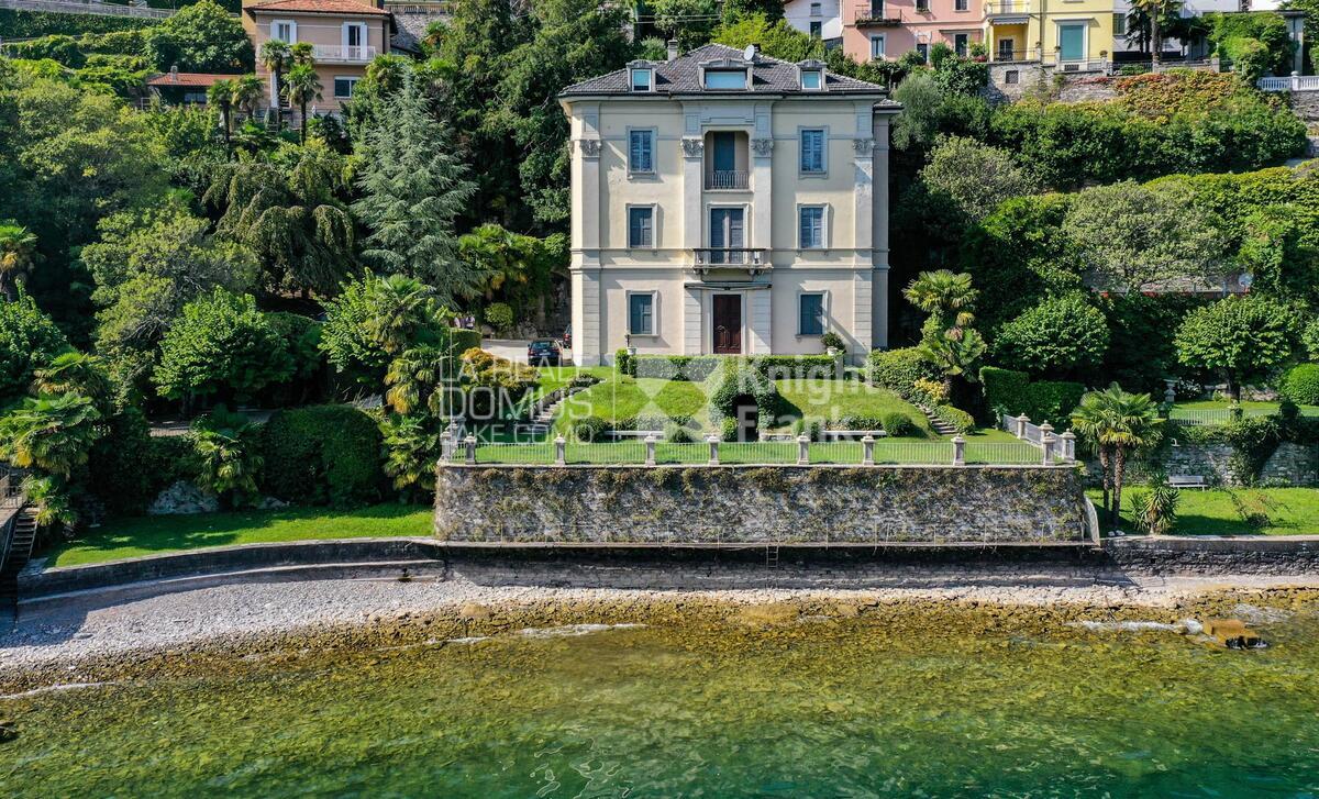 Moderno pieds-dans-l'eau in villa d'epoca