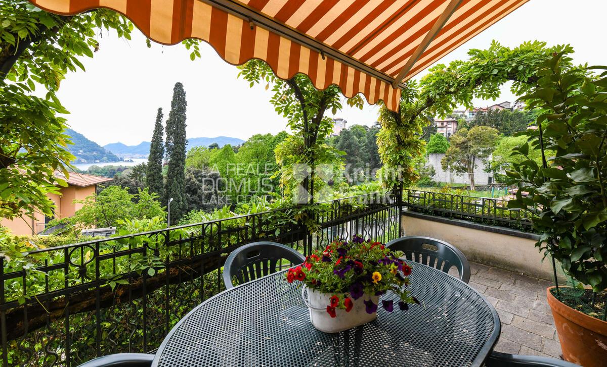 Splendida villa con vista lago