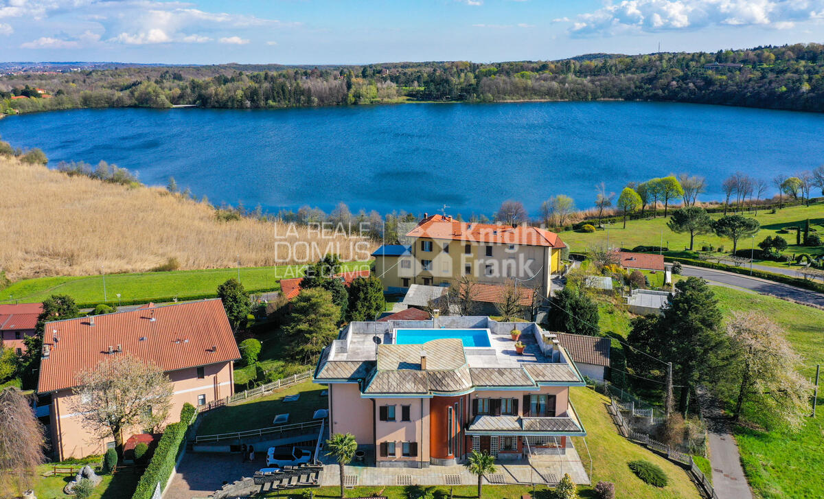 Intera proprietà con vista lago