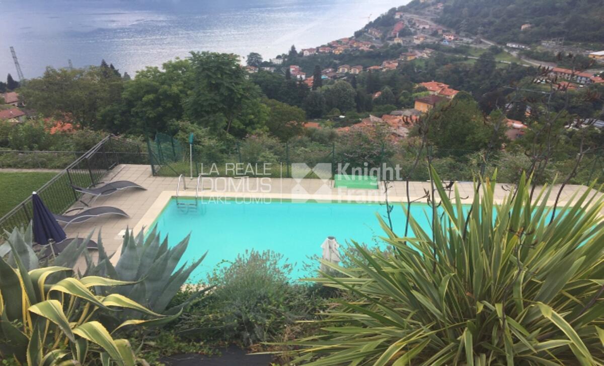 Appartamento con terrazzo vista lago e piscina